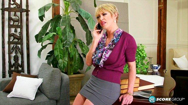 Смотреть Порно без Регистрации Молодые сотрудники выпороли зрелую начальницу с двойным проникновением видео