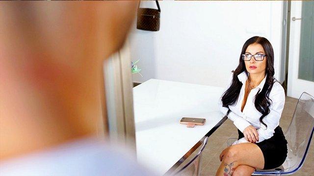Порно Смотреть Очкастая дамочка от сексуального голода решила потрахаться с мускулистым работником видео