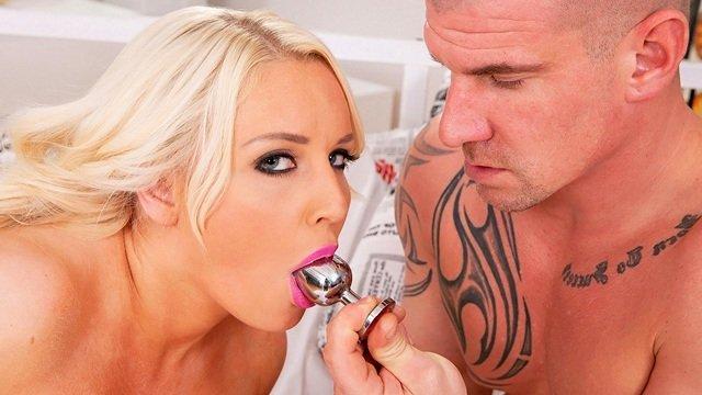 Смотреть Порно Бесплатно Полненькая шлюха завладела мощным пенисом любовника с помощью анальной дырки видео