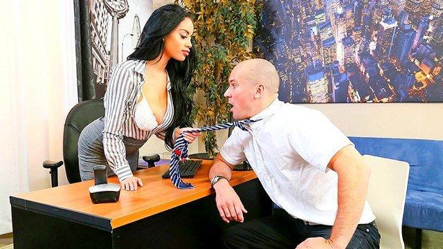 Смотреть Порно без Регистрации Латинская начальница воспользовалась большим пенисом лысого подчиненного видео