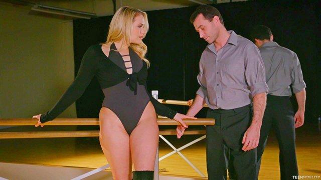 Смотреть Бесплатное Порно Нахальный мужичок затолкал большой писюн в сочную манду танцовщицы перед зеркалом видео