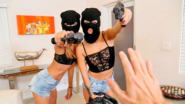 Смотреть Порно Онлайн Сексапильные преступницы вломились к парню чтобы воспользоваться его большим членом видео