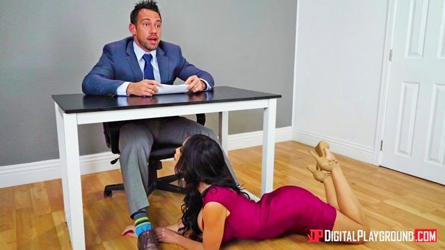 Смотреть Порно Ролики Ведущая прогноза погоды возбудила мускулистого партнёра во время эфира минетом под столом видео