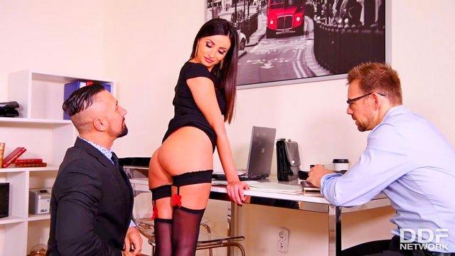 Порно Смотреть Вульгарная бизнес леди заключила трехсторонний договор с мужиками еблей с двойным проникновением видео