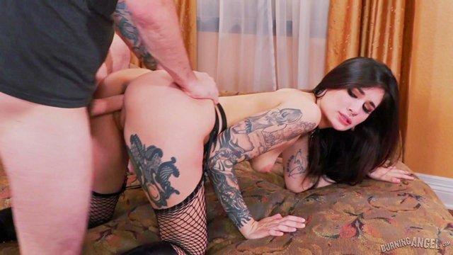Смотреть Порно Бесплатно Татуированная лярва яростно скачет на здоровенном пенисе пошлого кавалера видео