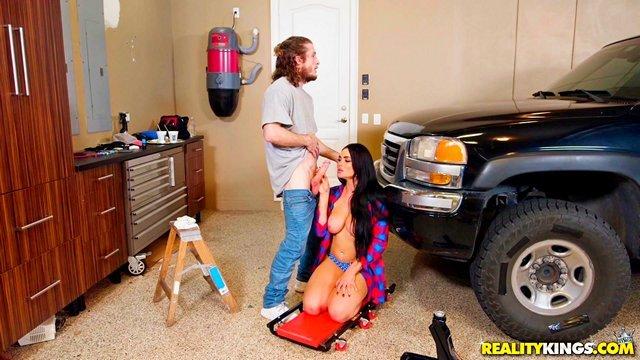 Смотреть Порно Ролики Губастая шмара с силиконовыми дойками отдалась озабоченному соседу в гараже видео