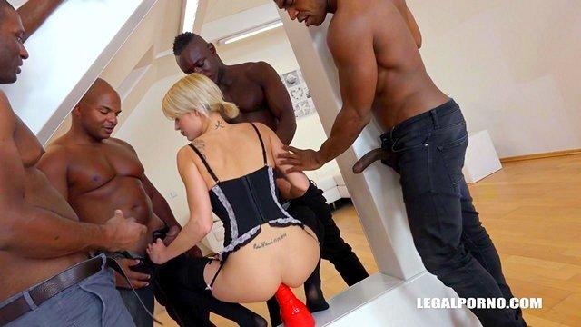 Смотреть Порно без Регистрации Ослепительная блонда среднего возраста познала всю радость межрасового ганг банга видео