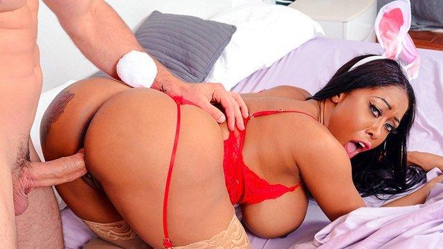 Смотреть Порно Онлайн Темнокожая толстушка в пасхальном костюме впустила в сочное дупло мощный болт хахаля видео