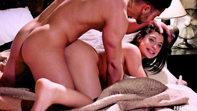 Смотреть Бесплатное Порно Смазливая красотка жаждала романтики а получила жесткую еблю с мощным кавалером видео