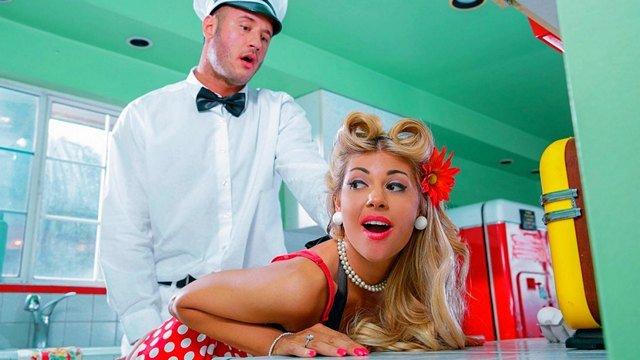 Порно Смотреть Изменчивая домохозяйка безудержно ебется с везучим молочником на кухне пока мужа нет дома видео