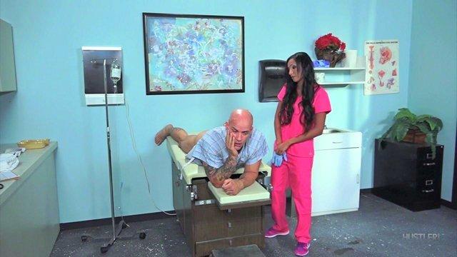 Смотреть Бесплатное Порно Лысый развратник отпердолил завораживающую медсестру во все дырки большим пенисом видео