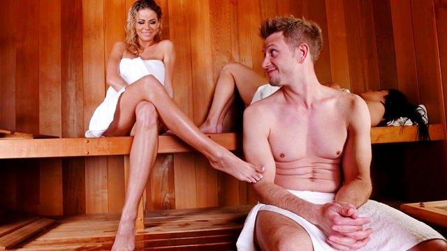 Смотреть Порно без Регистрации Горяченькая блондинка ебется с везучим парнем в сауне пока ее подруга задремала видео