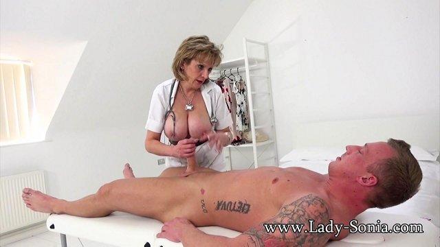 Смотреть Порно Зрелая медсестра даже подумать не могла, что все еще может возбуждать мужчин видео