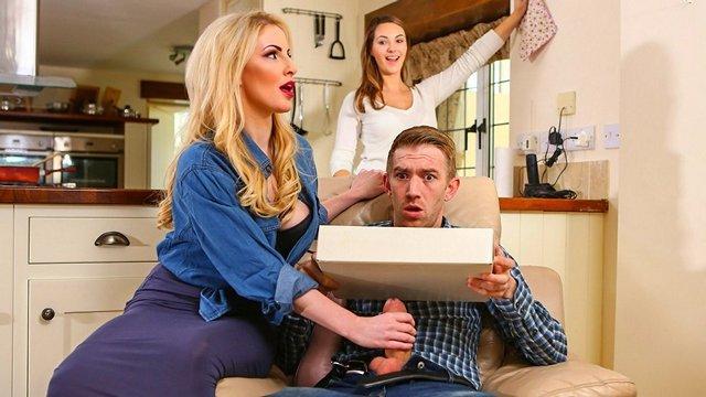 Смотреть Порно Блондинка пришла оценить стоимость дома, но в итоге оценила член хозяина видео