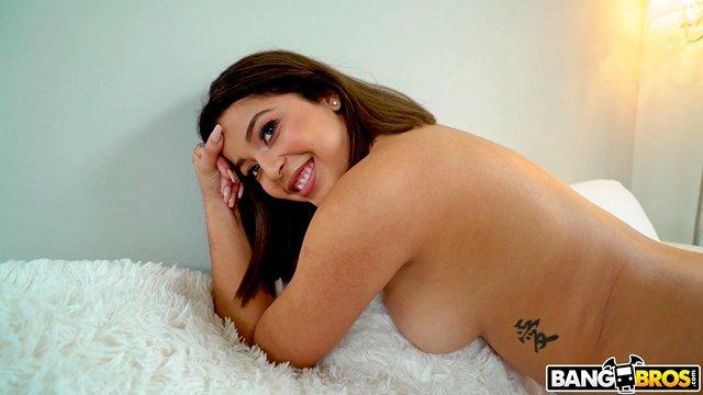 Смотреть Порно Бесплатно Лысый крендель помог брюнетке расслабиться в на ее первом порно-кастинге видео