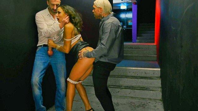 Смотреть Секс Длинноногая ночная бабочка была выебана двумя вальтами в проходе ночного клуба видео