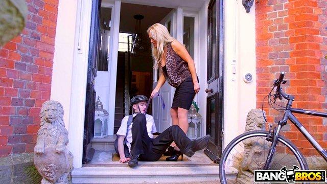 Смотреть Порно Онлайн Белокурая бикса стопанула молодого почтальона и перепихнулась с ним у себя дома видео