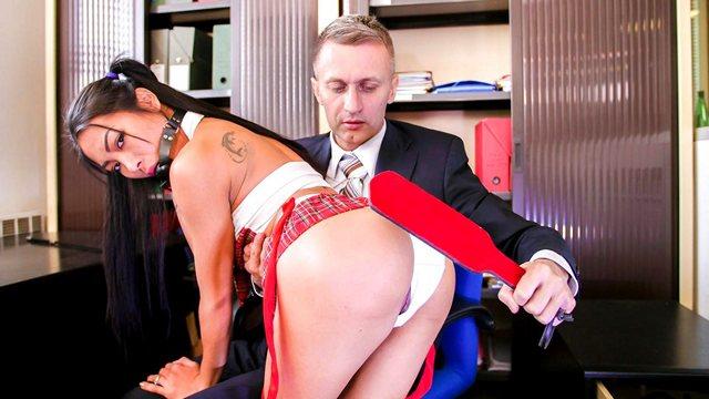 Смотреть Порно Фильмы Секретарша специально оделась в вызывающий костюмчик, чтобы поебаться с боссом видео