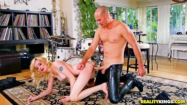 Смотреть Секс Девка думала, что она рок-звезда, но ей самое время идти в порнозвезды видео