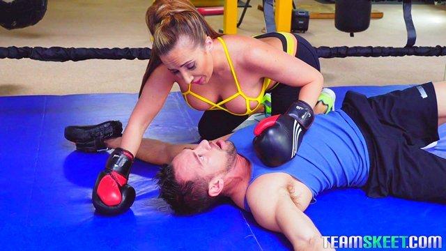 Смотреть Порно Онлайн Накаченный тренер по боксу на первом занятии отымел грудастую мамашу на ринге видео