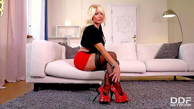 Смотреть Бесплатно Порно Зрелая тетка с висячими сиськами обожает лизать свои ножки и мастурбировать киску видео