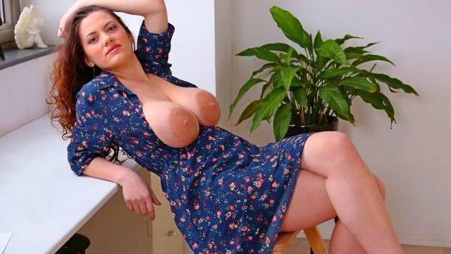Смотреть Порно Бесплатно Озабоченная мамаша брызгается питательным молочком из своих огромных доек видео
