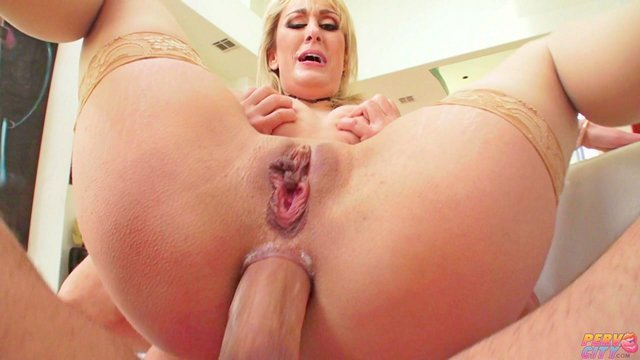 Смотреть Порно Онлайн Жесткий дядя кончил в сраку зрелой блондинки с натуральными большими сиськами видео