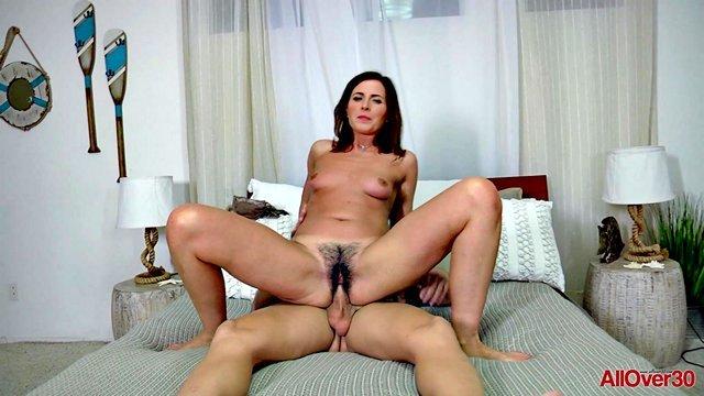 Смотреть Порно Бесплатно Сынок оттарабанил зрелую и мохнатую пизду своей мамаши у нее в комнате видео