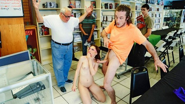 Смотреть Порно без Регистрации Парочка беспределит в магазине комиксов, занимаясь сексом прямо у прилавков видео