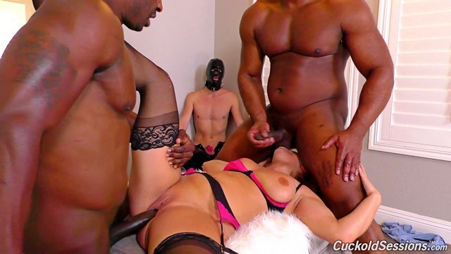 Смотреть Бесплатно Порно Трусливый муж наблюдает за групповым сексом жены с мускулистыми неграми видео