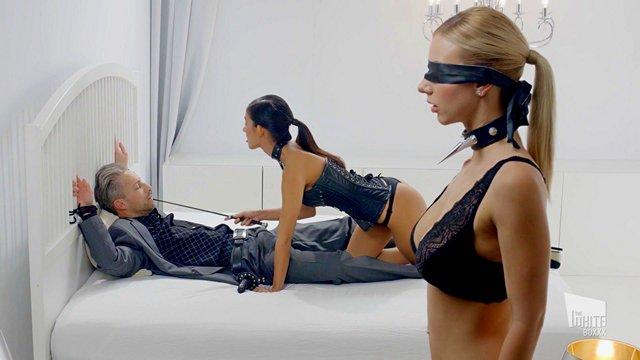 Смотреть Секс Корсет, ошейник и лебедка — основные орудия при сексе с этим седым мужиком видео
