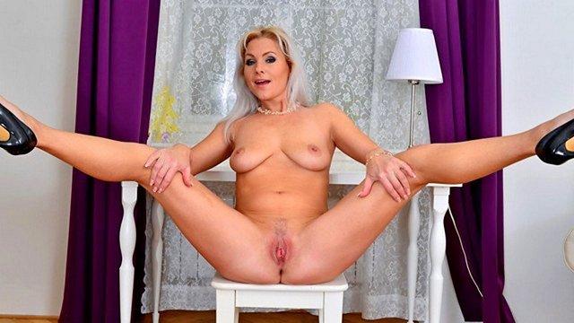 Смотреть Порно Ролики Зрелая мамка пытается выдавить из себя оргазм, в соло мастурбируя вагину видео