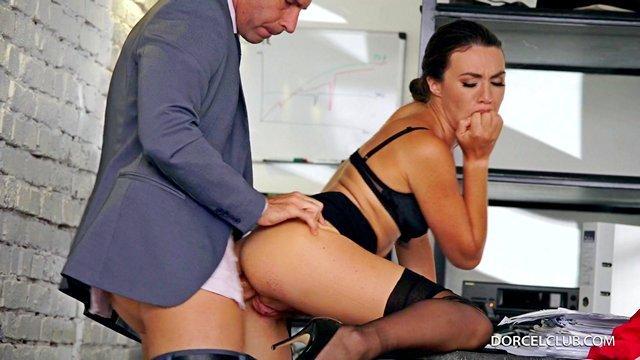 Порно Смотреть Профессиональный долг секретарши — отсасывать своему боссу всегда и везде видео