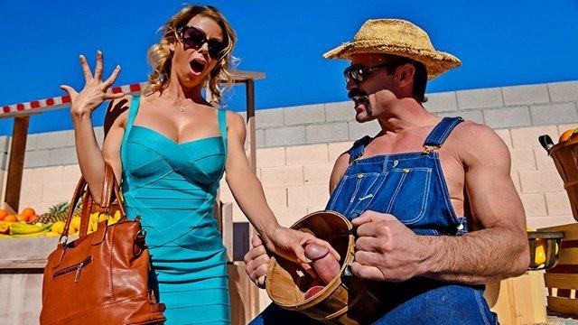 Порно Смотреть Мускулистый фермер развел большегрудую мамашу на дикую еблю в доме видео