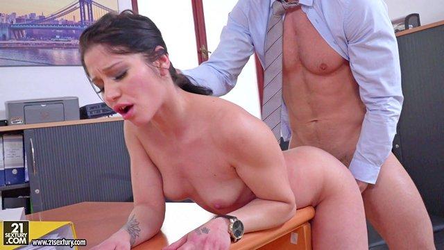 Порно Смотреть Раздолбанная пизда офисной брюнетки все еще выдерживает натиск члена босса видео