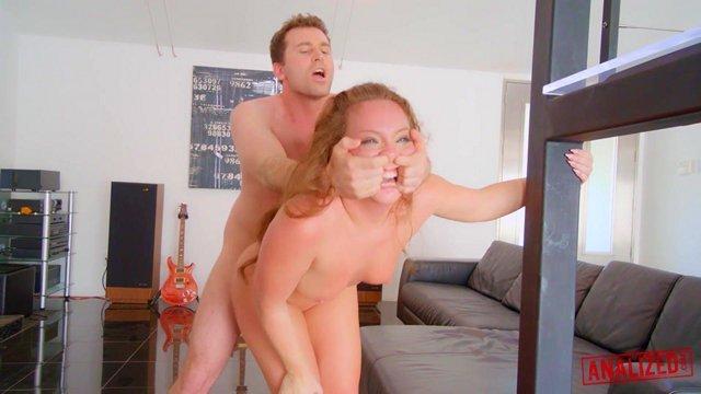 Смотреть Порно Фильмы Рыжую жопастую шлюшку очень жестко поимели в анальную дырочку, а также душили блядину ее же волосами видео