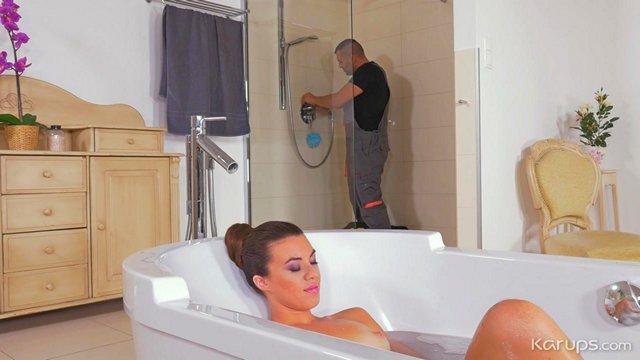 Смотреть Бесплатно Порно Похотливая зрелая милфа соблазняет сантехника, принимая ванну у него на глазах видео