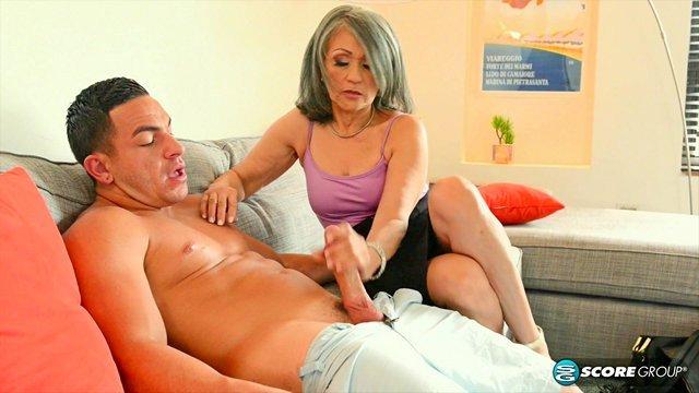 Порно Смотреть Дряхлая бабка поддерживает долголетие частыми перепихонами с любимым сыном видео