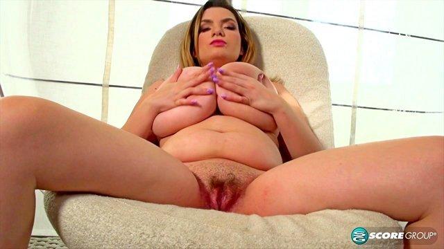Смотреть Порно Онлайн Сисястая симпатяжка так бурно кончает от мастурбации пальчиками, что чуть не падает с кресла видео