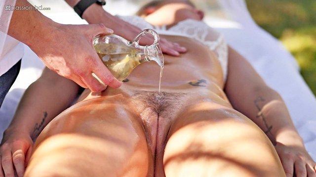 Смотреть Порно без Регистрации Нежный массаж кончился страстным сексом в промасленную пизденку прямо на улице видео
