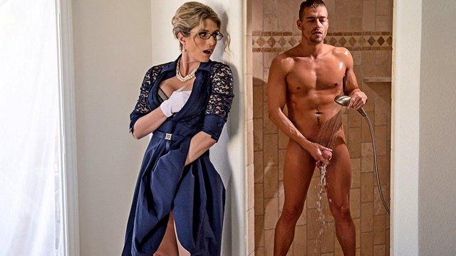 Смотреть Порно Бесплатно Придирчивая мачеха не может устоять от соблазна, наблюдая за дрочкой сына в ванной видео