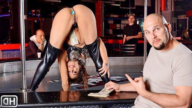 Смотреть Бесплатно Порно Молодая стриптизерша с анальной пробкой станцевала приватный танец и дала в свое очко видео