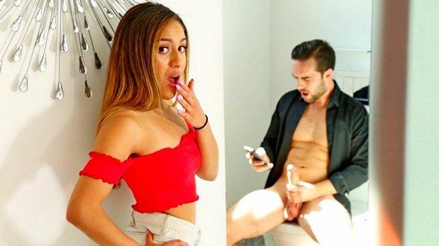 Смотреть Секс Сеструха взялась за член брата сама, когда спалила его за мастурбацией видео