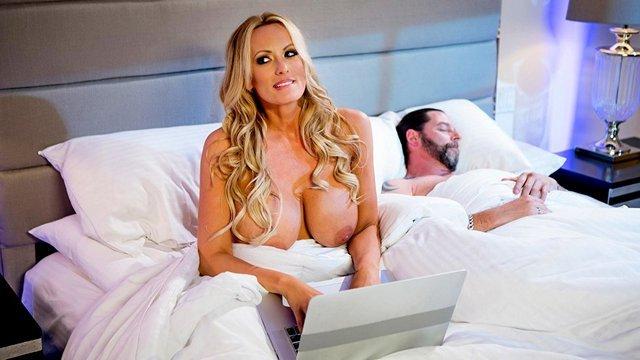 Смотреть Порно Ролики Богатая бизнес-вумен трахается с любовником пока муж спит рядом видео