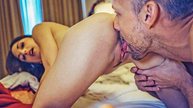 Смотреть Бесплатно Порно Чувака подселили в занятый классной сучкой номер, и он этим нехило воспользовался видео