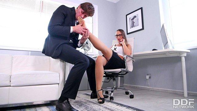 Смотреть Порно Онлайн Секретарша отдрочила член ступнями в колготках и дали облизать ножки фут-фетишисту видео