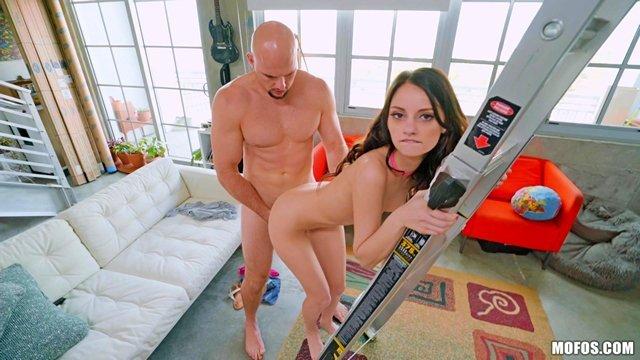 Смотреть Порно без Регистрации Мужику нужно было всего лишь закрутить лампочку, а он полез ебаться с красоткой видео