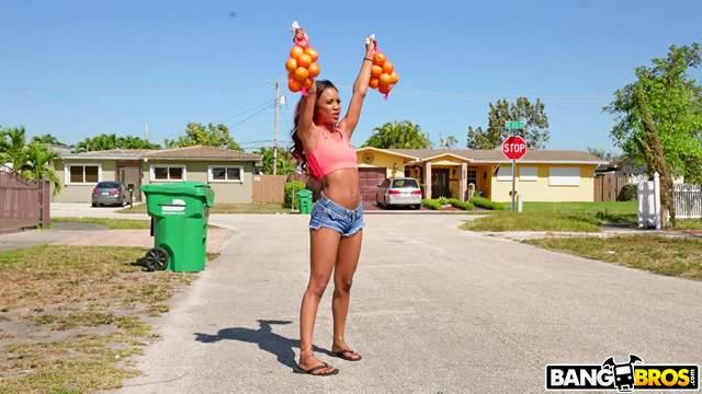 Смотреть Секс Торговля апельсинами привела шлюшку к необычному концу, которые она отсосала видео