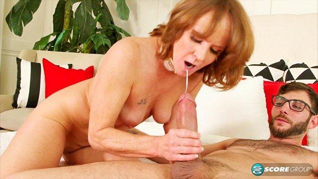 Смотреть Бесплатно Порно Красивая зрелая тетя соблазнила курьера в одной ночнушке и чокером на шее видео