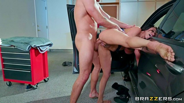 Смотреть Порно Онлайн Мачеха учит сына вождению и дает дополнительное занятие по ебле в гараже видео